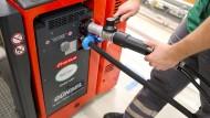 Wasserstoff tanken ist eine Möglichkeit auf dem Weg zum Elektroauto.