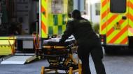 Viele Patienten von britischen Krankenhäusern mussten in andere Kliniken gebracht werden.