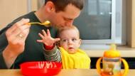 Elterngeld - das beziehen immer mehr Väter. Doch Teilzeitmodelle kommen immer noch vor allem bei Müttern gut an.