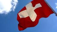 Eine Schweizer Fahne im Wind.