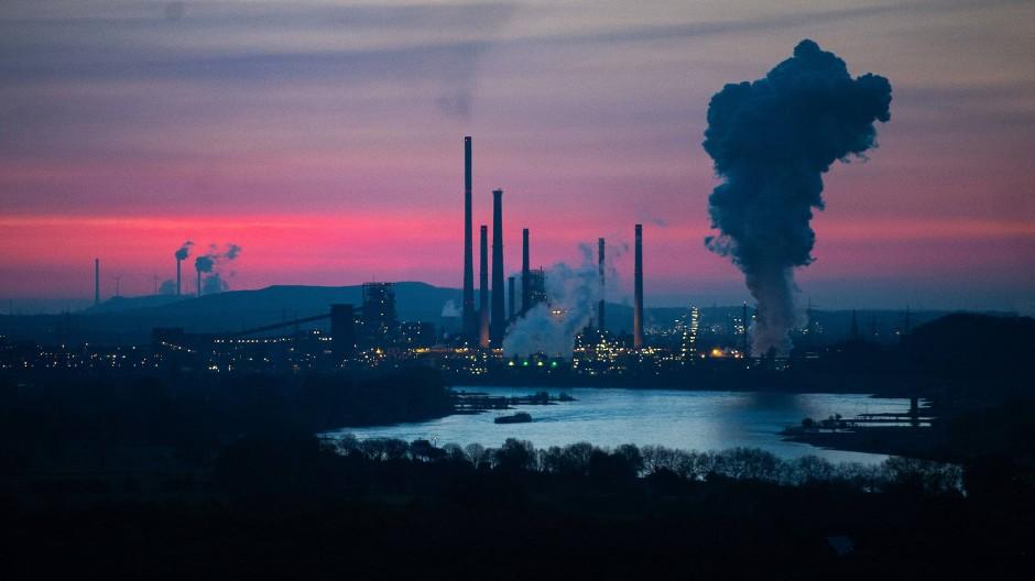 Das Thyssen-Krupp-Stahlwerk Duisburg; im Hintergrund die Uniper-Kraftwerke Gelsenkirchen