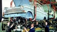Seit der Eröffnung hat das Bochumer Opel-Werk das Ruhrgebiet geprägt. In Spitzenzeiten gab es rund 20.000 Menschen einen Arbeitsplatz. Hier ein frühes Farbbild aus der Opel-Produktion in Bochum.