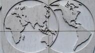 Die Weltwirtschaft im Blick: Emblem am Hauptquartier der Internationalen Währungsfonds in Washington.