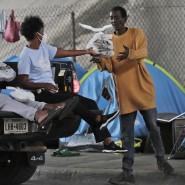 Eine Hilfsorganisation versorgt Obdachlose in Miami während der Corona-Pandemie mit Lebensmitteln.