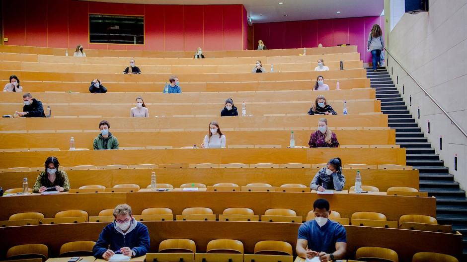Derzeit eine Angelegenheit mit viel Abstand: Studierende bei einer Klausur in Frankfurt
