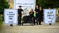 Greenpeace-Aktivisten demonstrieren vor der bayerischen Staatskanzlei.