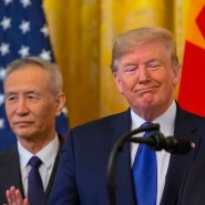Der amerikanische Präsident Donald Trump zwischen dem Vizepräsidenten Mike Pence (rechts) und Chinas Chefunterhändler Liu He (links) in Washington.