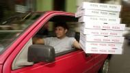 Aufgestockt: Mancher Pizza-Dienst zahlt seinen Fahrern so wenig, dass die Arbeitsagentur einspringen muss