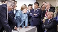 Dieses Bild fängt Körpersprache ein: Emmanuel Macron, Angela Merkel, Shinzo Abe und Donald Trump (von links) auf dem G7-Gipfel in Kanada.