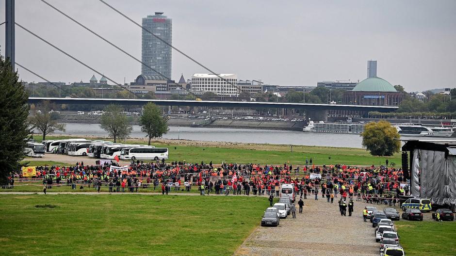 Mitarbeiter in Thyssens Stahl-Sparte protestieren am Rheinufer in der Nähe des nordrhein-westfälischen Landtrages.