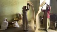Frauen in einer Getreidemühle von Zala Ambessa