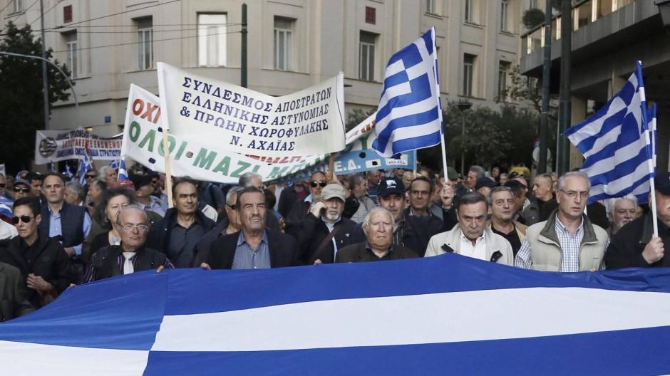 Auch gegen die nun beschlossenen Rentenkürzungen und Steuererhöhungen sind Menschen in Athen auf die Straße gegangen.