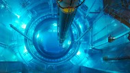In den geöffneten Reaktordruckbehälter im Atomkraftwerk Isar 2 in Niederbayern werden Brennelemente eingesetzt.