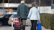 Mit beladenen Taschen: Rentner in Berlin