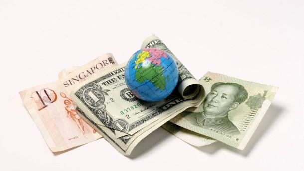 Sachaufnahme zum Thema Geldströme: Globus mit unterschiedlichen Währungen