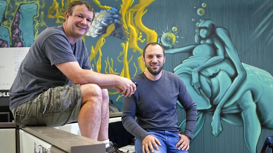 Die Whatsapp-Gründer Brian Acton (links) und Jan Koum im Jahr 2013 in der kalifornischen Zentrale des sozialen Mediums.