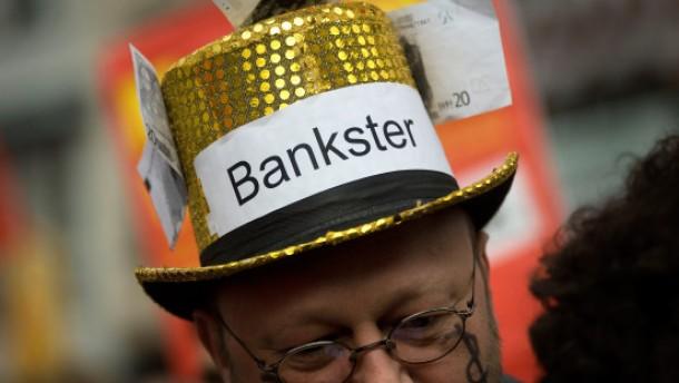 Demonstration - Globalisierungsgegner sowie Mitglieder von Gewerkschaften und der Linkspartei demonstrieren in der Frankfurter Innenstadt gegen die Folgen der Finanzkrise