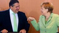 Kanzlerin Angela Merkel zeigt Wirtschaftsminister Sigmar Gabriel wo es langgeht