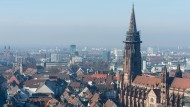 Das Freiburger Münster thront über den Dächern der Altstadt.