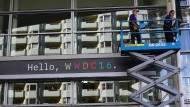 In San Francisco werden am Moscone Center letzte Vorbereitungen getroffen.