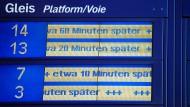 Eine Anzeige voller verspäteter Züge im Berliner Hauptbahnhof.
