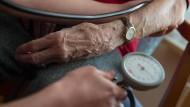Blutdruckmessen bei einer Bewohnerin einer Seniorenanlage in Stuttgart