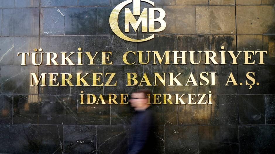 Ein Mann verlässt das Hauptgebäude der türkischen Zentralbank in Ankara.