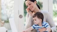 Telefonieren, Mails checken und gleichzeitig das Kind hüten - ganz schön anstrengend! Auch fürs Gehirn.