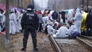 Klimaaktivisten blockieren Gleise in der Nähe des Braunkohlekraftwerks Jänschwalde in der Lausitz.