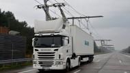 In Groß Dölln (Brandenburg) existiert bereits eine Teststrecke für Oberleitungs-Lkw.