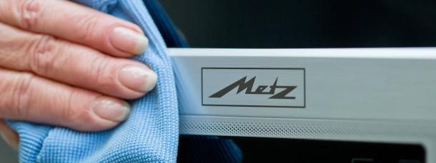 Ein Metz-Fernsehgerät wird gereinigt
