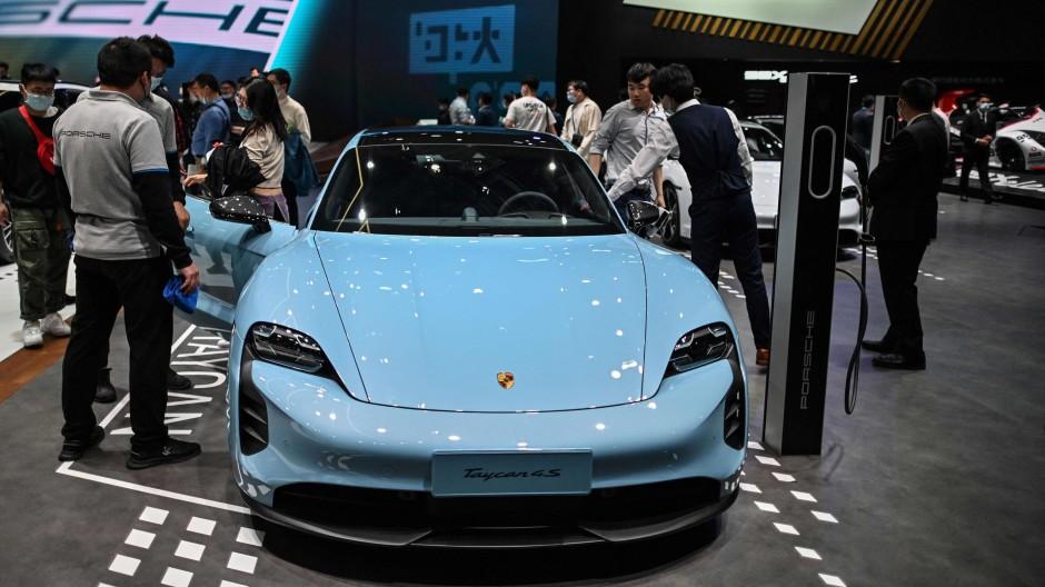 Ein Porsche Taycan auf der Automesse in Schanghai