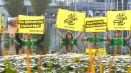 Greenpeace-Aktivisten demonstrieren gegen den Klimawandel auf der Internationalen Automobilausstellung (IAA) in München.