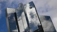 Wolken über den Doppeltürmen der Deutschen Bank in Frankfurt