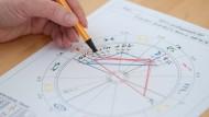 Astrologie - damit kann man sich im Berufsalltag gehörig in die Nesseln setzen.