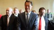 Zeuge ohne Antworten: Der ehemalige Arcandor-Chef Thomas Middelhoff am Montag mit seinen Anwälten vor dem Landgericht Köln.