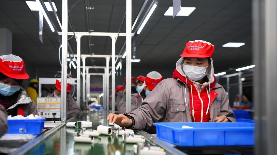Fließbandarbeiter in China: Ein neues Gesetz zwingt Unternehmen, auch die Menschenrechtslage bei ihren Zulieferern zu kontrollieren.