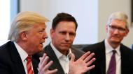 Am runden Tisch im Trump Tower: Im Dezember hattte sich Donald Trump mit Anführern des Silicon Valley getroffen. Dabei waren etwa Apple-Chef Tim Cook (r.) und Peter Thiel.