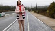 Die Ministerin und die Solarstraße: Segolene Royal bei der Einweihung in Tourouvre