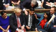 Boris Johnson (rote Krawatte) kann sich auf seine indischstämmigen Minister wie Rishi Sunak (neben ihm) verlassen.