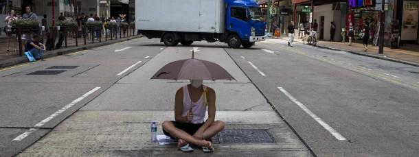 """Weil sich manche Demonstranten vorsorglich mit Regenschirmen gegen Pfefferspray schützen, sprechen einige bereits von der """"Regenschirm""""-Revolution."""