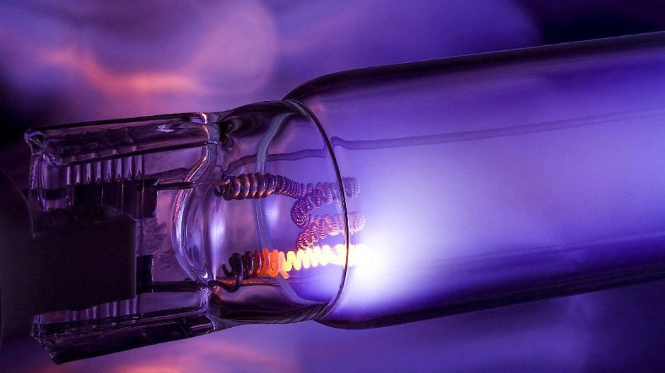 UV-C-Lampe: Sie sendet Licht im Wellenlängenbereich von 200 bis 300 Nanometer aus. Das zerstört Mikroorganismen und inaktiviert lebende Zellen.