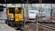 Bauzug und ICE im Bahnhof Hannover Messe: Die Bahn will die Strecke komplett sperren für eine Sanierung.