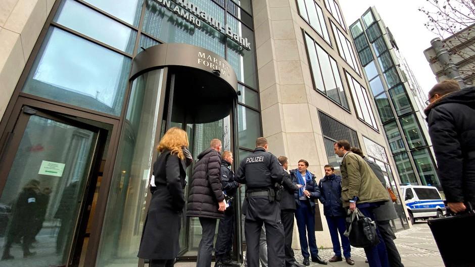 Polizisten am Donnerstag vor dem Frankfurter Büro