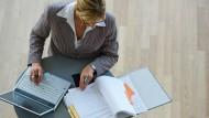 Wie fühlen sich Männer in Unternehmen, die gezielt Frauen fördern? Eine neue Studie gibt Einblicke.