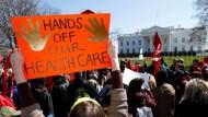Keine Fans von Donald Trump: Eine Gruppe Demonstranten fordert die Beibehaltung von Obamacare.