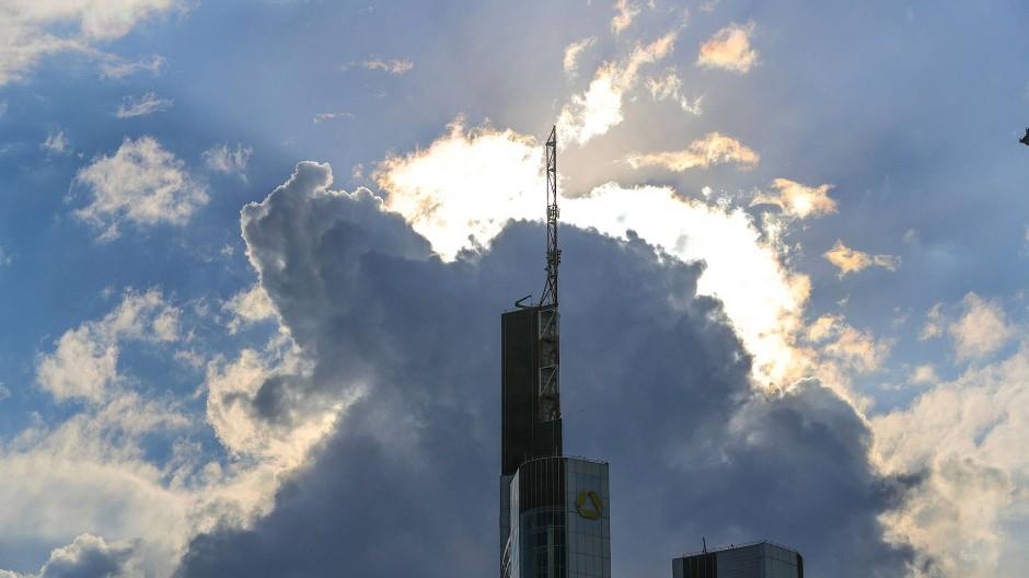 Die Commerzbank vor strahlendem Himmel in Frankfurt.
