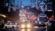 Der abendliche Berufsverkehr auf dem Kaiserdamm im Zentrum von Berlin