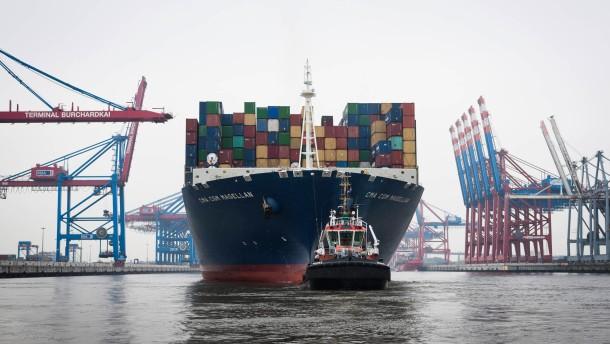 Elbvertiefung -  Das Riesencontainerschiff CMA CGM Magellan, das mehr als 13000 Container fasst und mehr als 360 Meter lang ist, wird auf der Elbe von einem Lotsenboot in den Hamburger Hafen geleitet