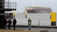 Größtes Containerschiff der Welt legt erstmals in Deutschland an